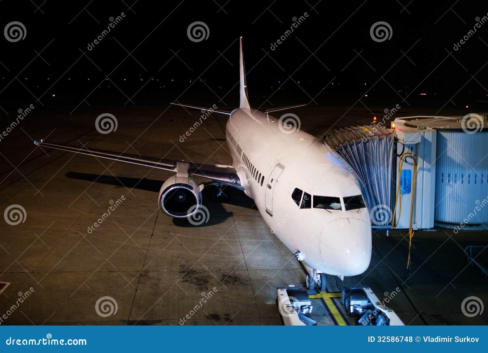 飞机在晚上 免版税库存照片
