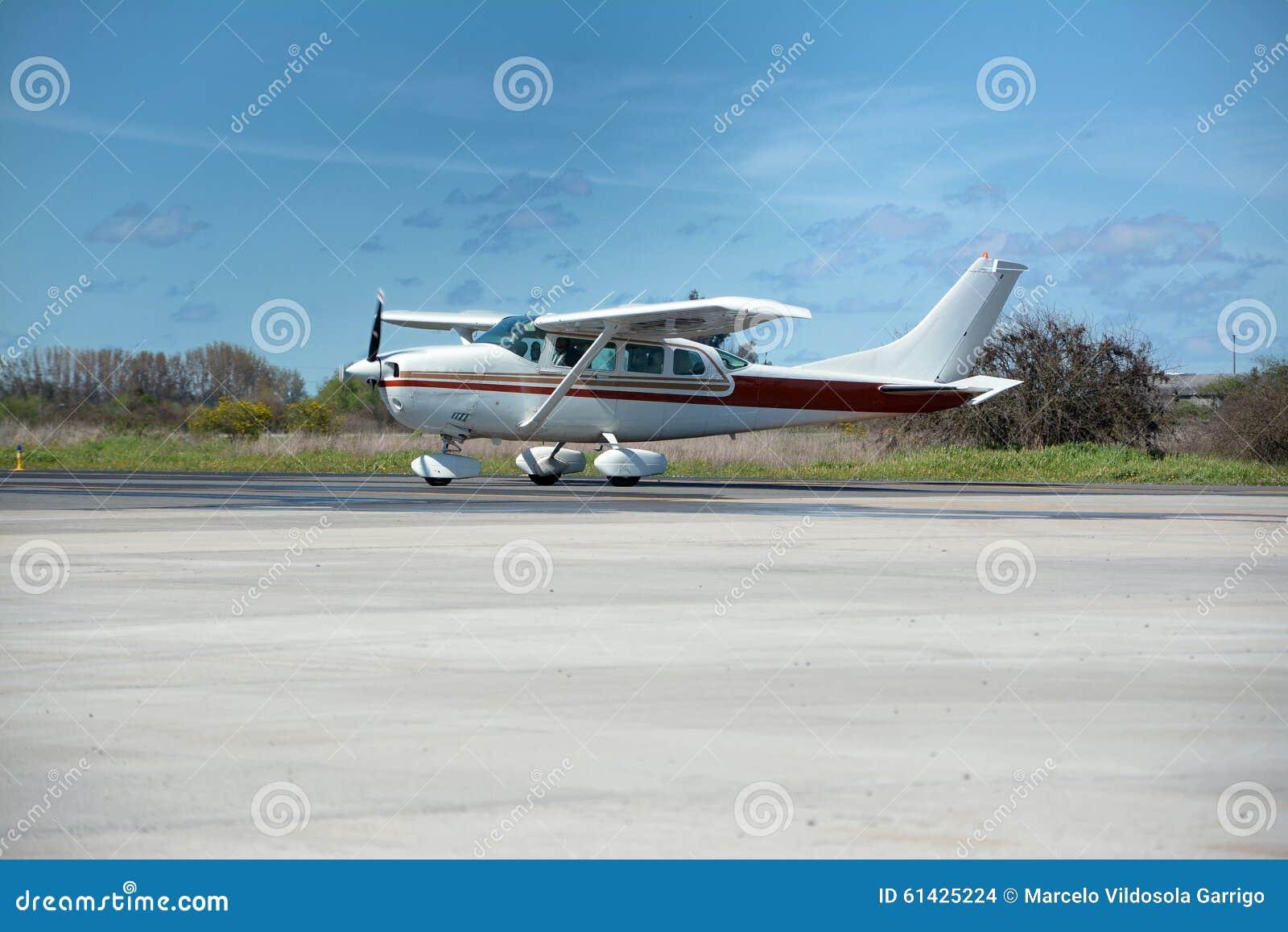 采取起飞的cesna飞机跑道