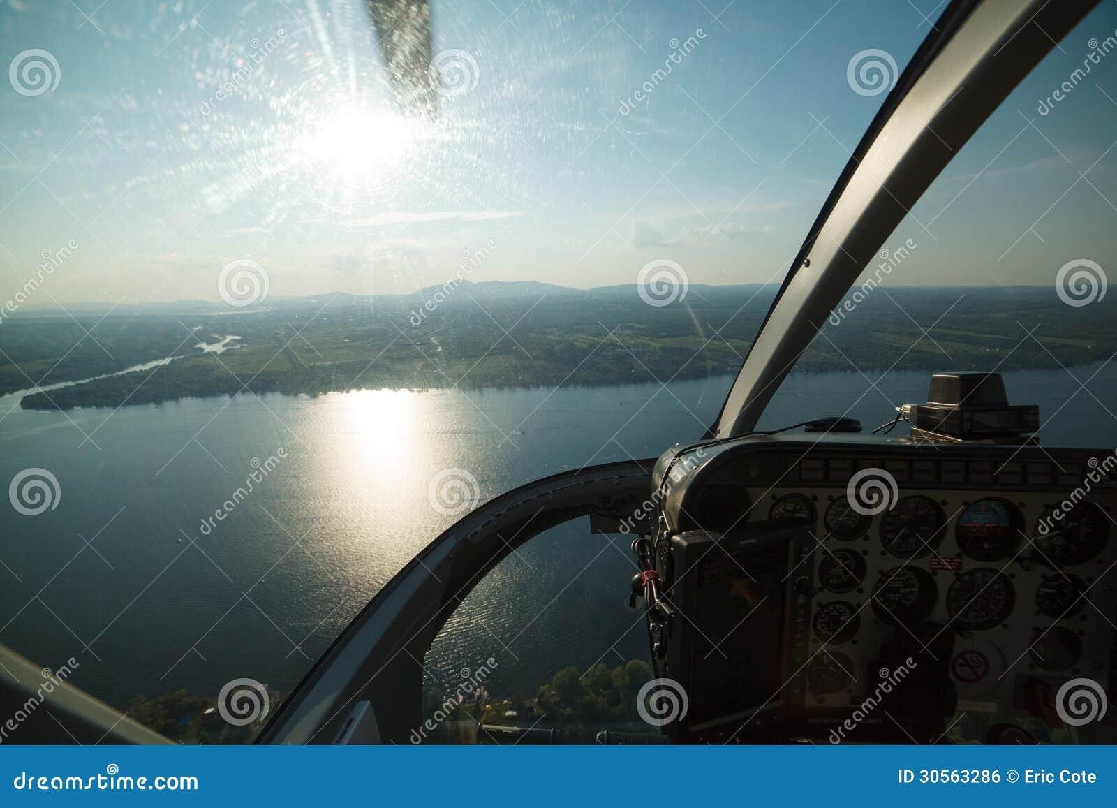 从直升机驾驶舱的航拍