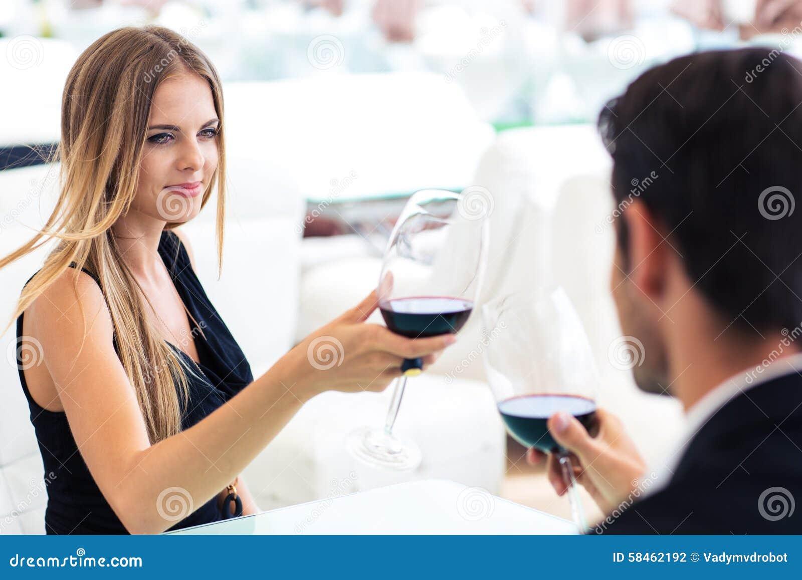 喝与男朋友的妇女红葡萄酒图片