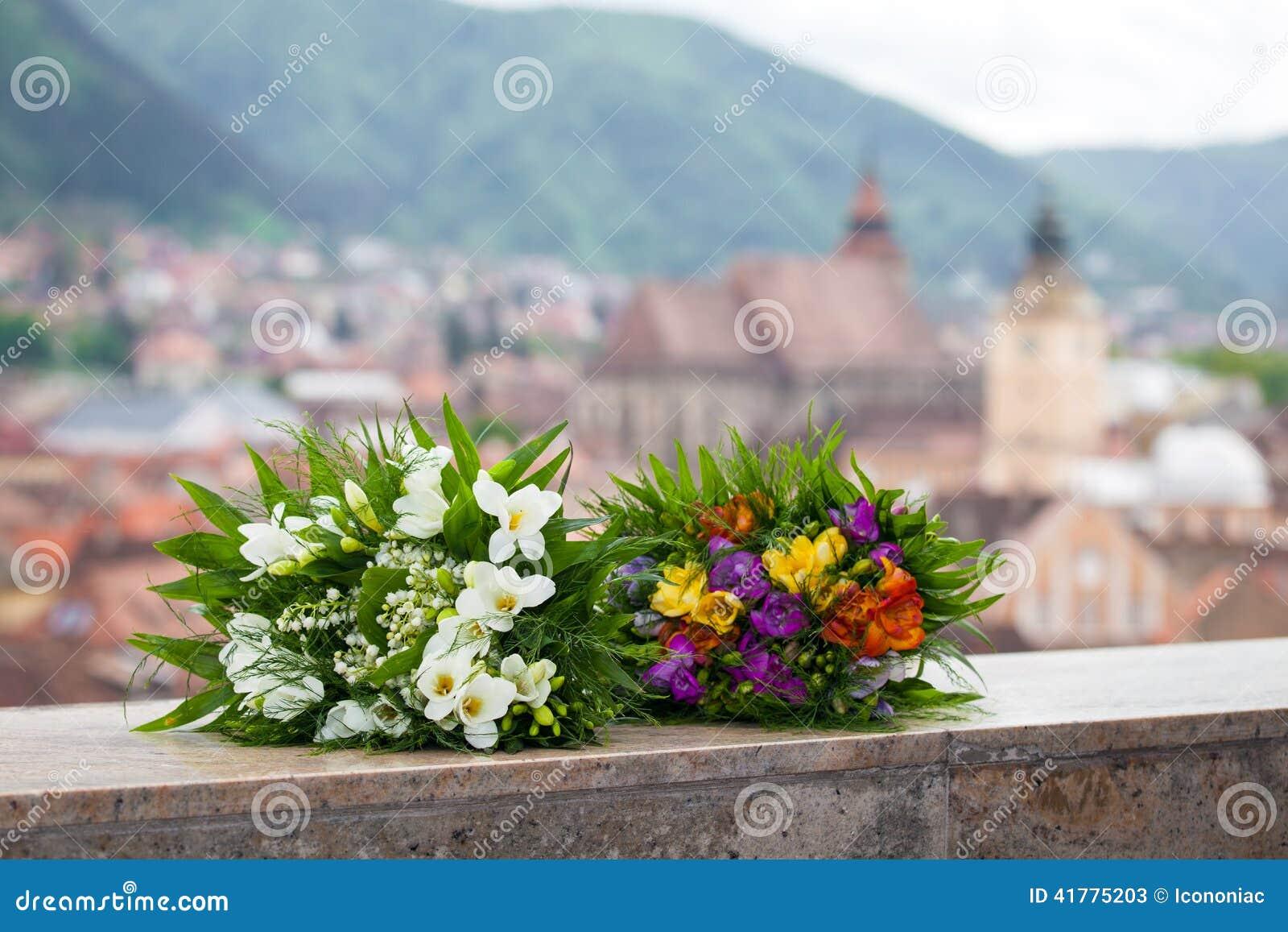 婚礼花束春天开花有全景布拉索夫市视图