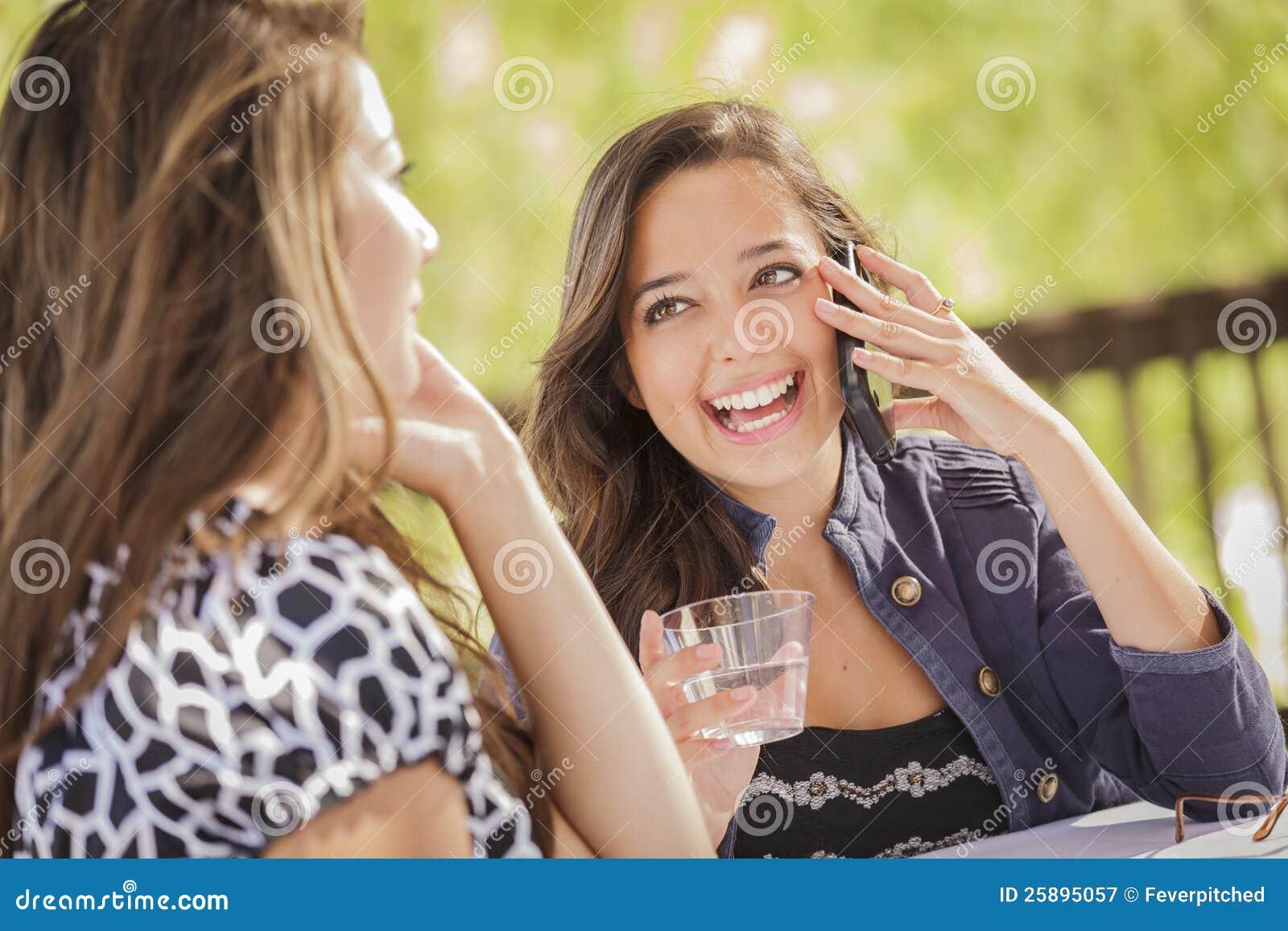 混合的族种女孩谈话在他们的流动