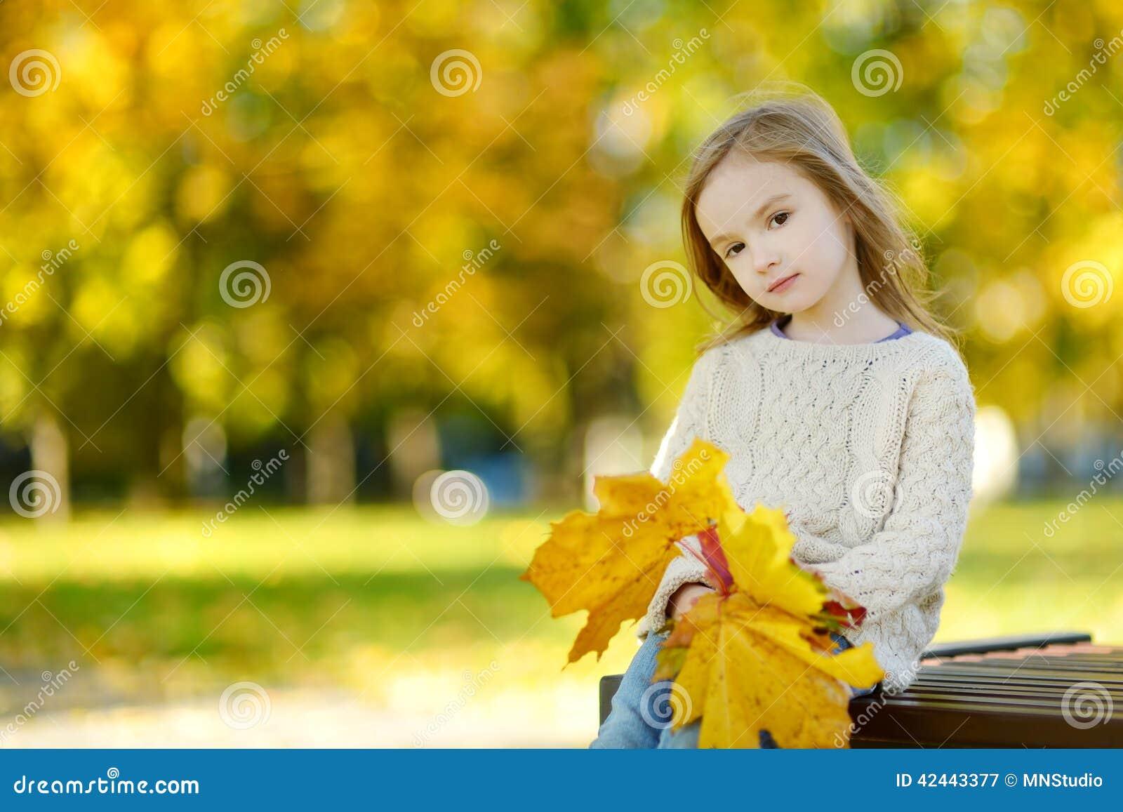 获得可爱的小女孩乐趣在秋天天