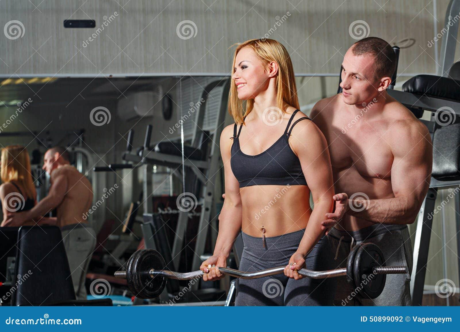 体育供以人员和参与在健身房的健身运动女孩