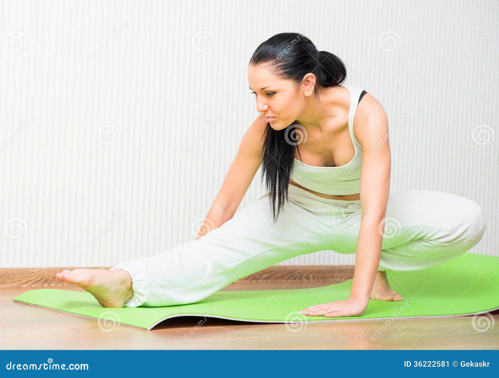 健身房的运动的女孩 库存图片