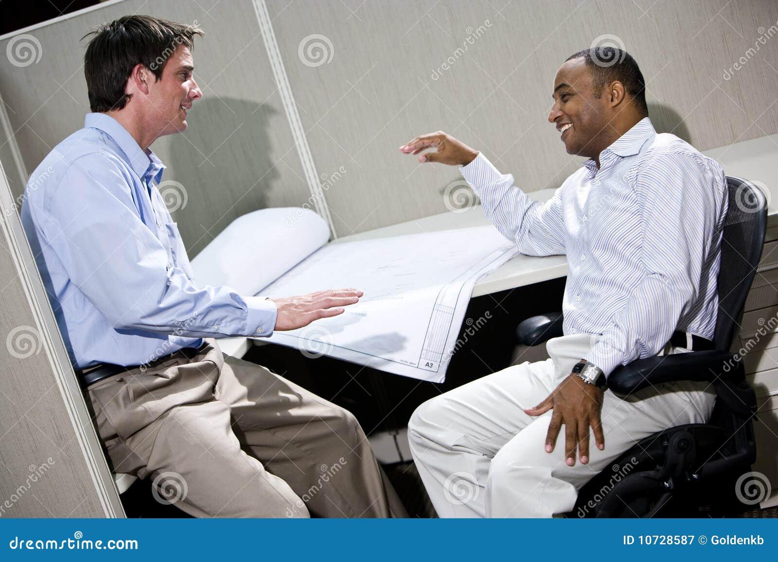 交谈的男性办公室工作者