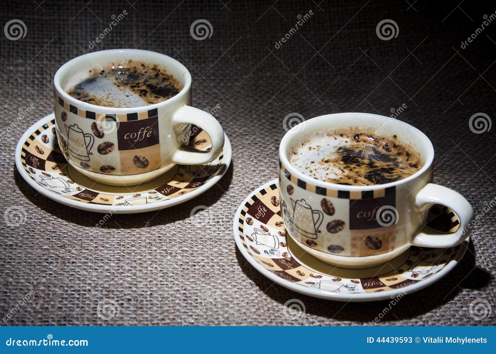 两杯咖啡在桌上的