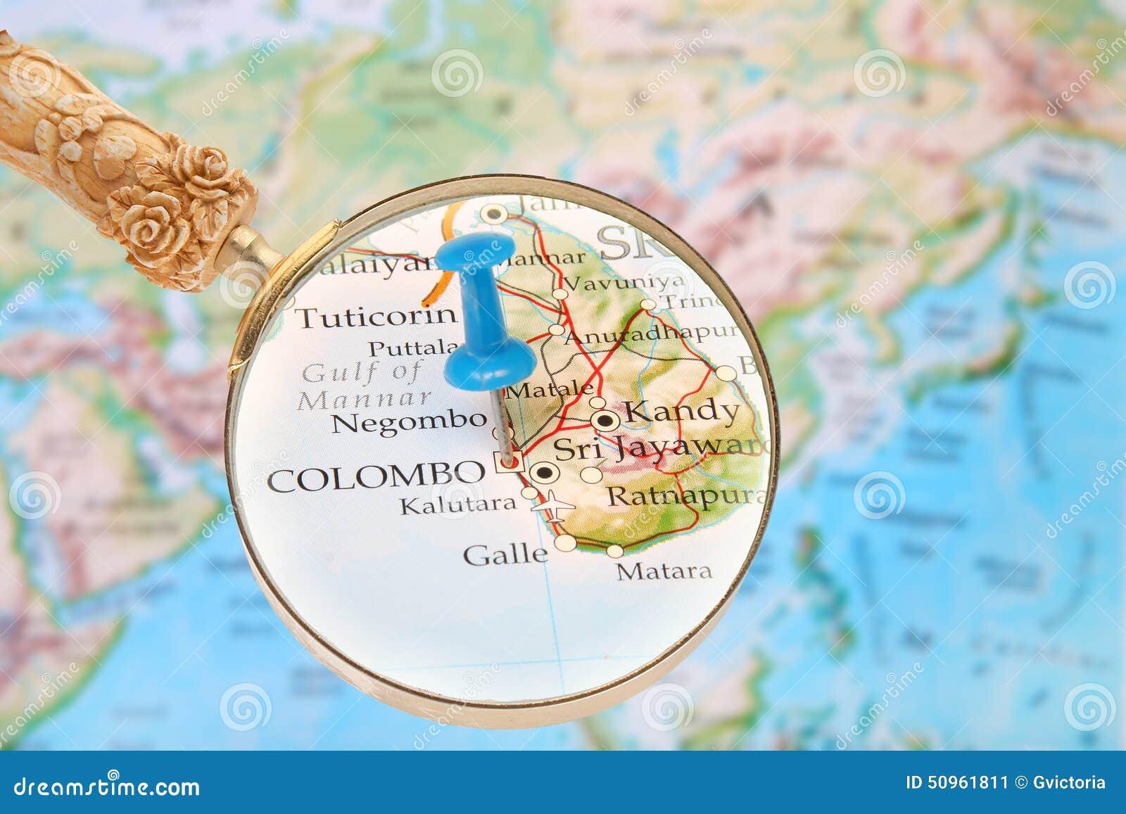 在世界的地图的蓝色大头钉与看在科伦坡