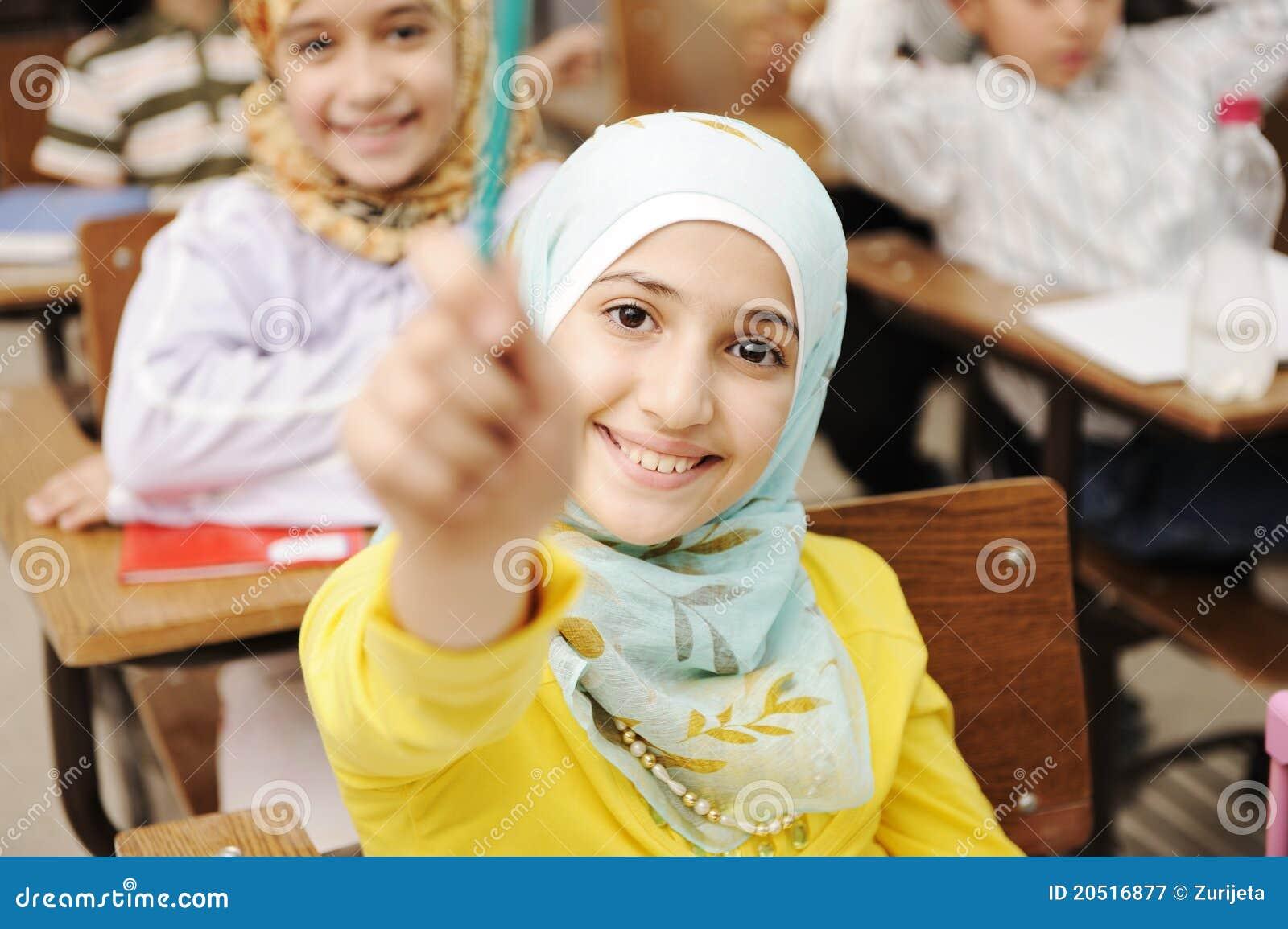可爱的儿童教室朋友女孩她的回教学员