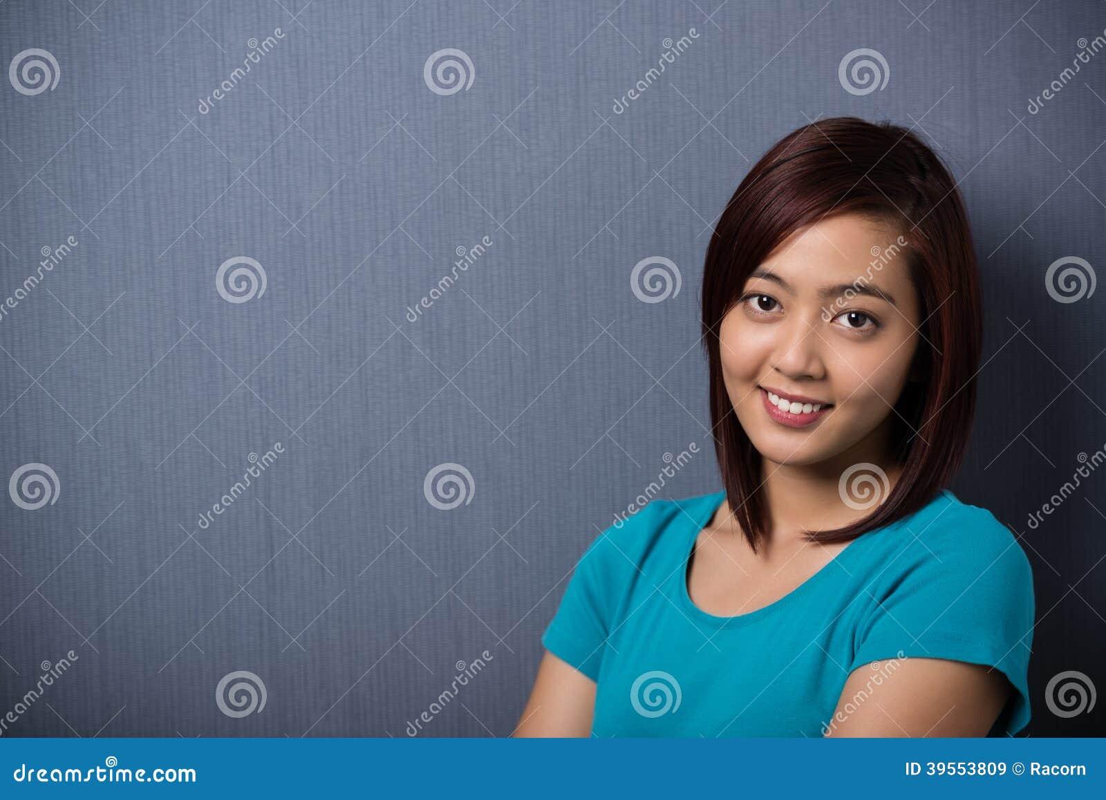 可爱的恳切的年轻亚裔妇女
