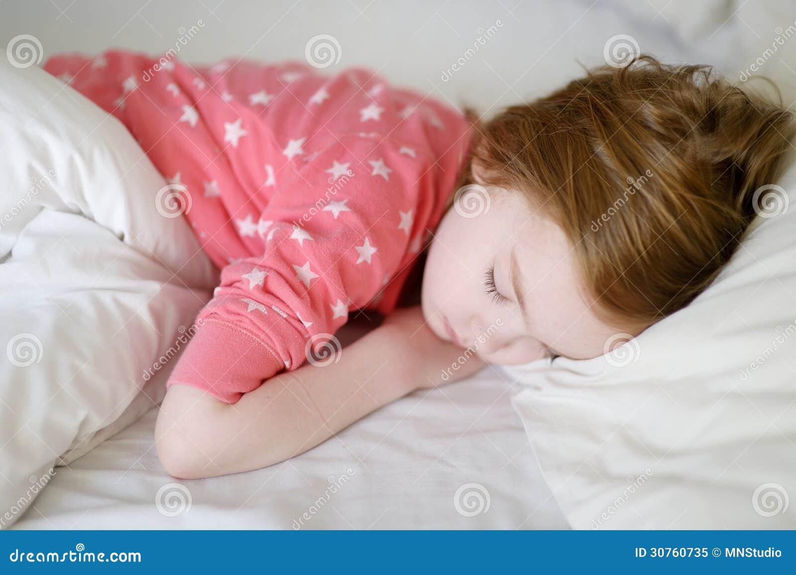 可爱小女孩睡觉 免版税库存照片