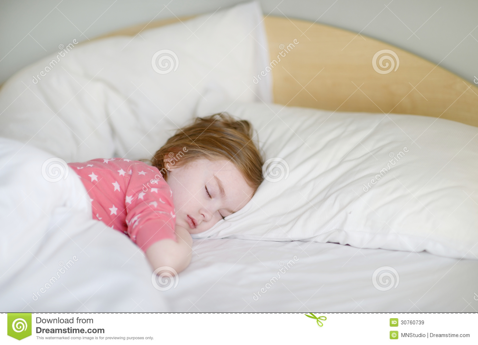 可爱小女孩睡觉