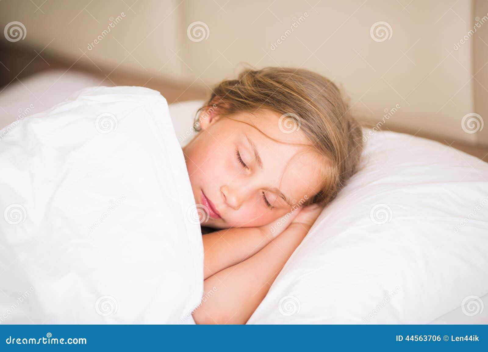 可爱小女孩睡觉 库存照片