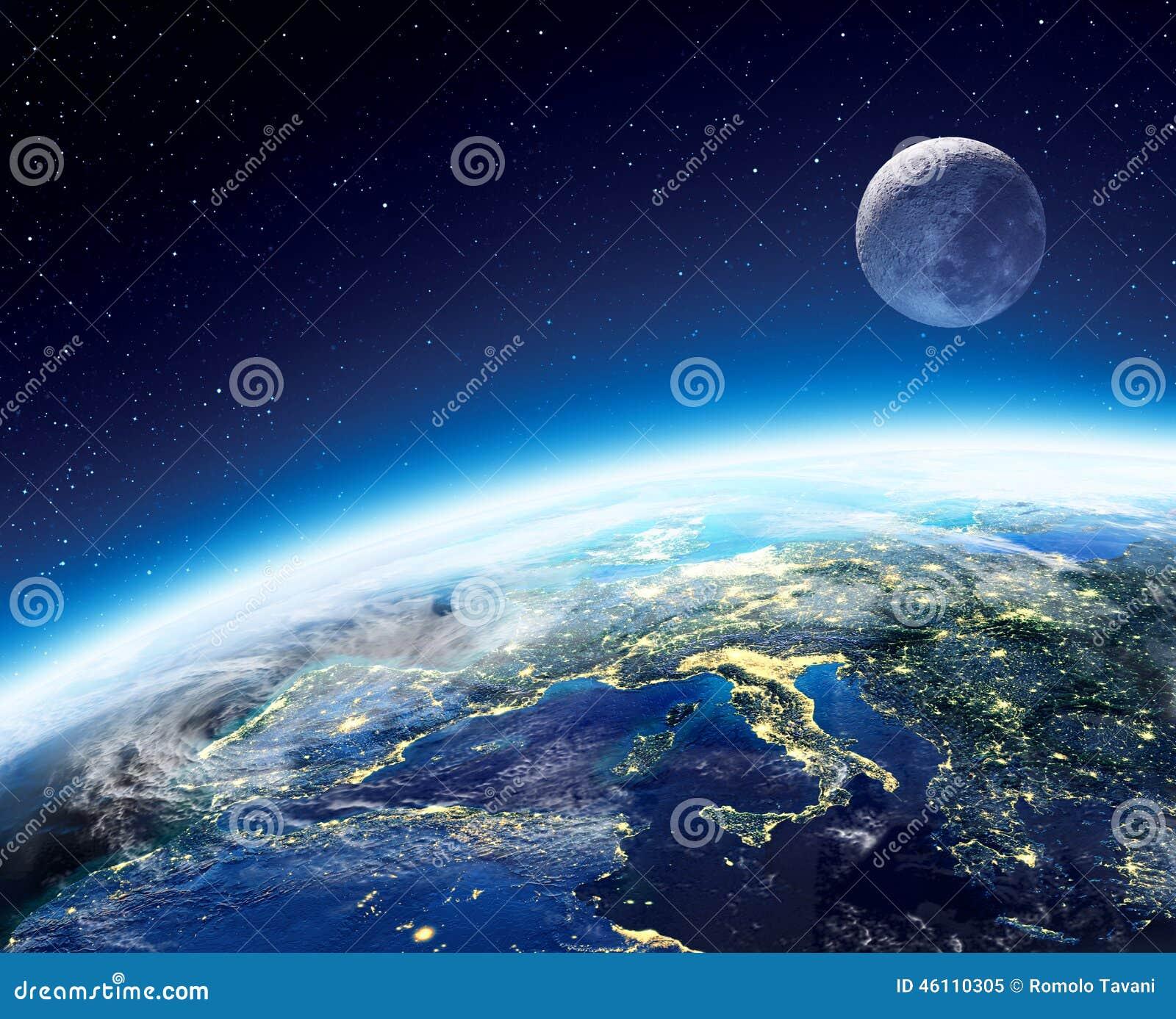 从空间的地球和月亮视图在晚上