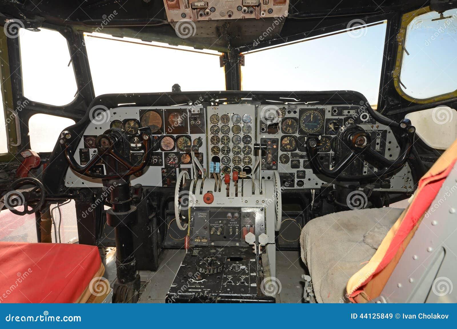 老飞机驾驶舱内部 库存照片