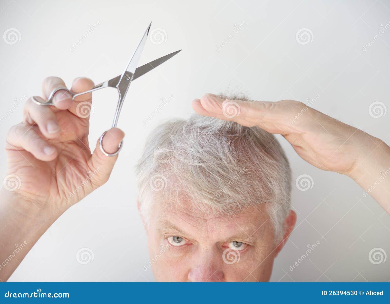 老人剪头发 库存照片 图片