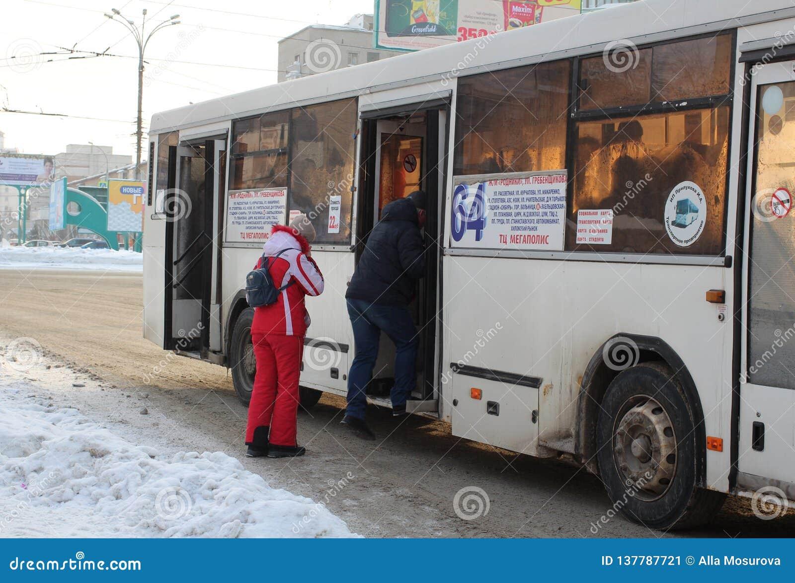   Ñ Ñ€ÑƒÑ  Ñ много пассажиры людей ждать на общественном транспорте автобусной остановки в Новосибирске в зиме