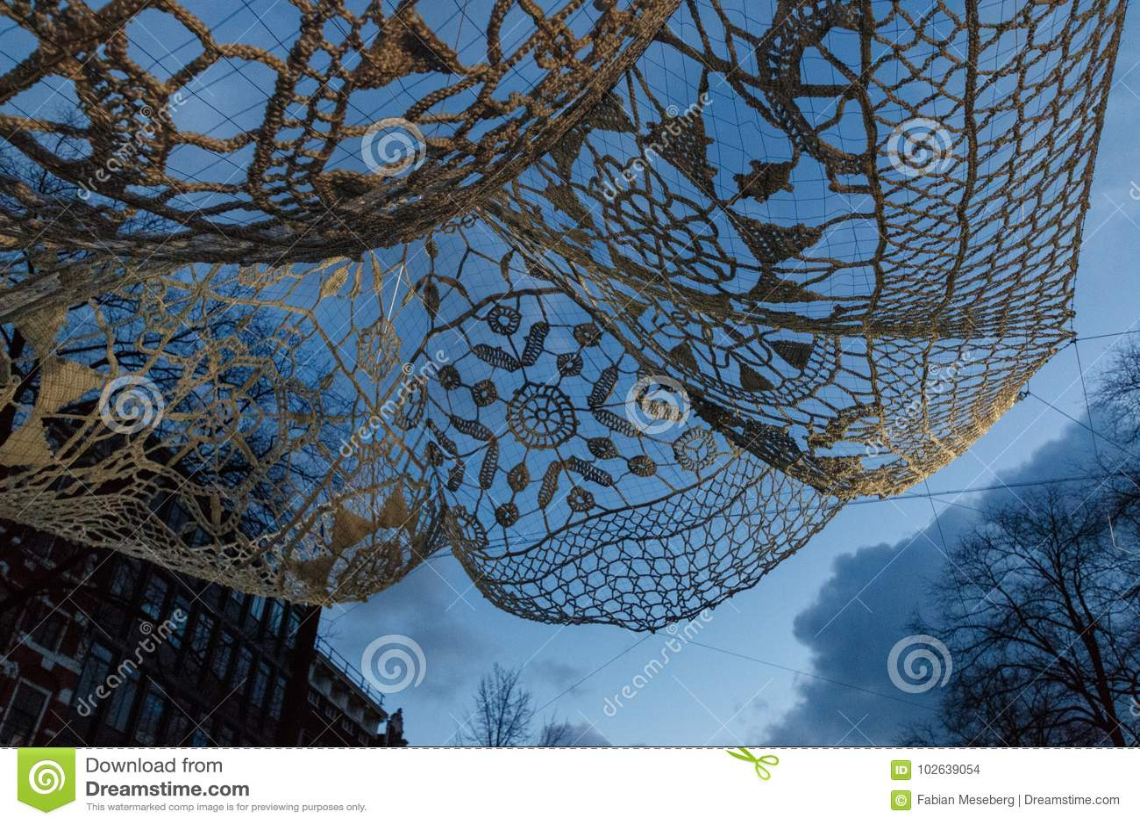 """ gigante feito crochê e iluminado de Lace†do """"The da colcha no festival da luz de Amsterdão"""