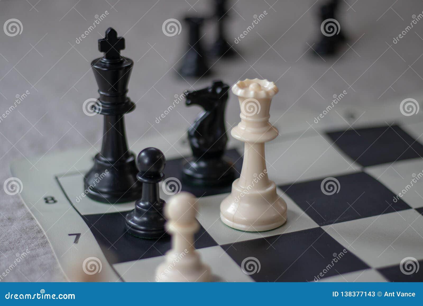 ¡El compañero del ajedrez con la reina y el empeño, da jaque mate!