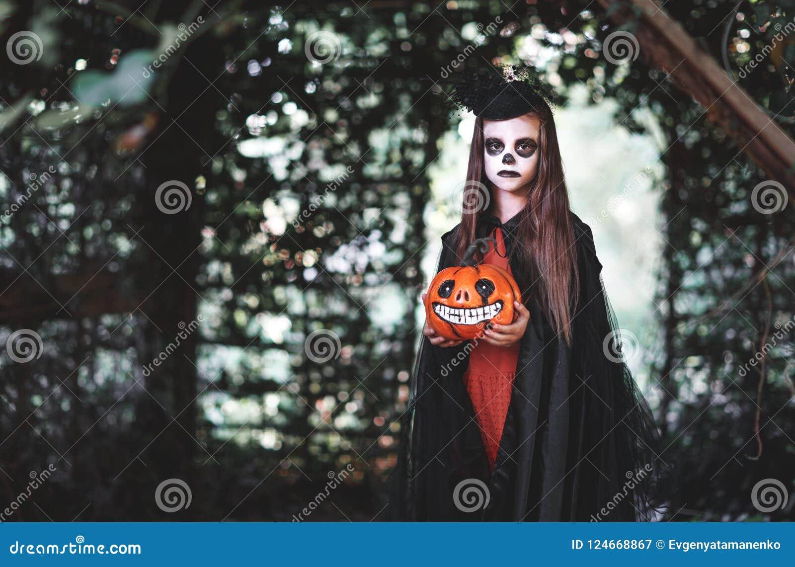 ¡Feliz Halloween! muchacha espeluznante horrible del niño en los wi del traje de la bruja
