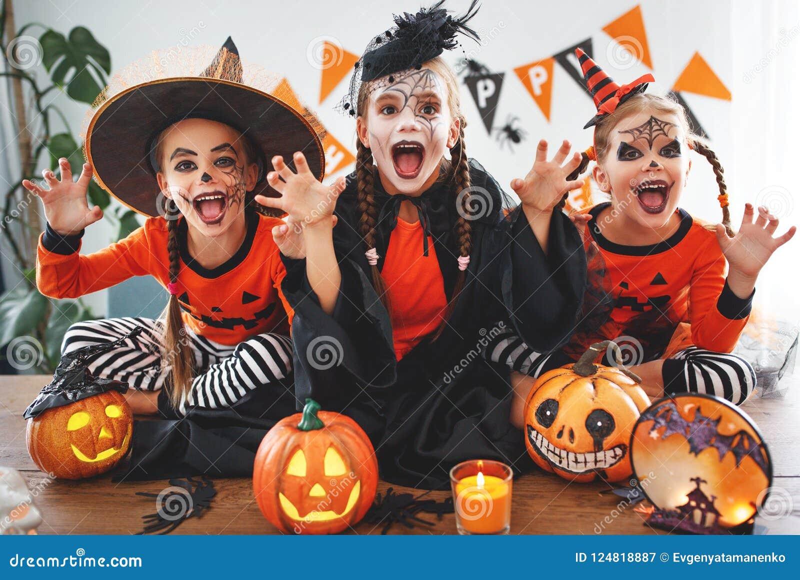¡Feliz Halloween! un grupo de niños en trajes y con las calabazas