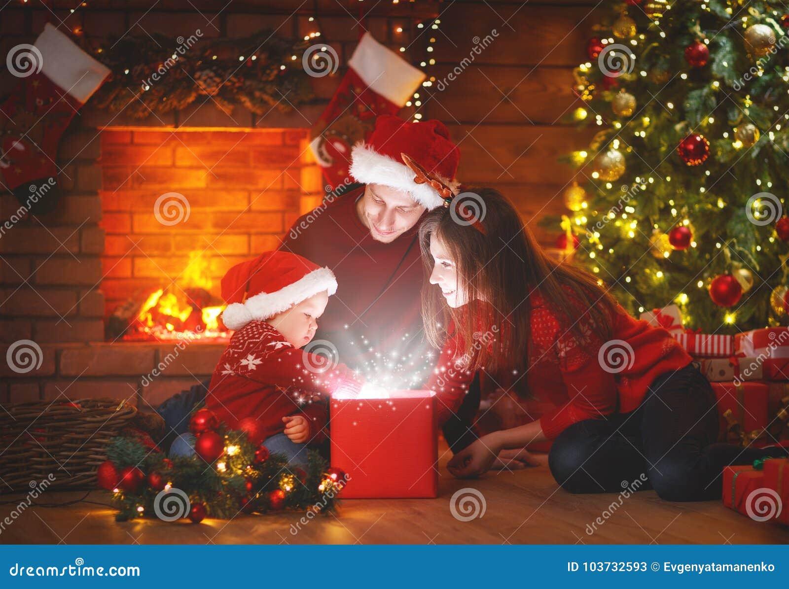 Regalo navidad madre fabulous cheap gallery of download nio pequeo y mam que sostienen un - Regalo padre navidad ...
