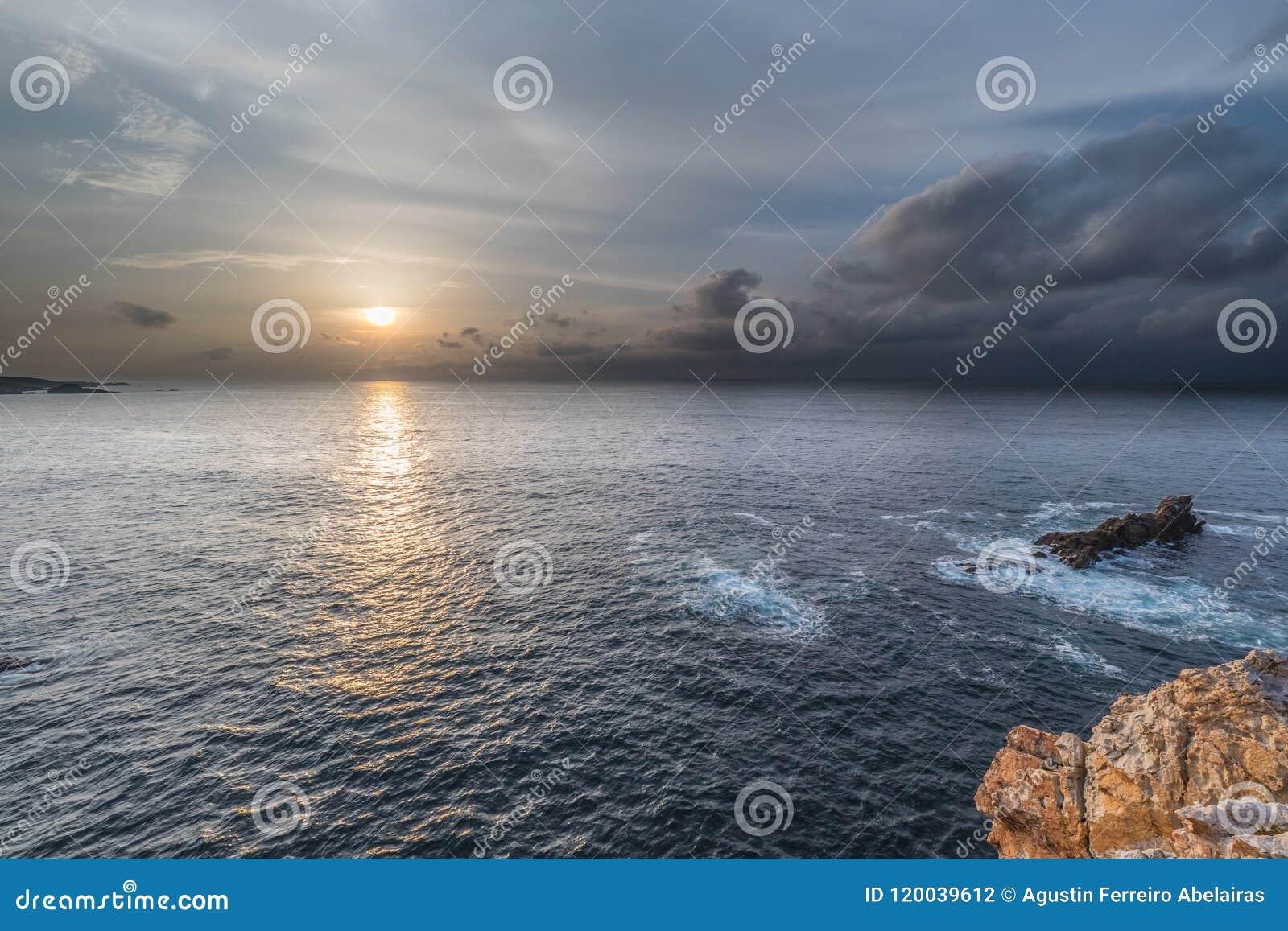 ¡Puesta del sol en las costas de Asturias, España!