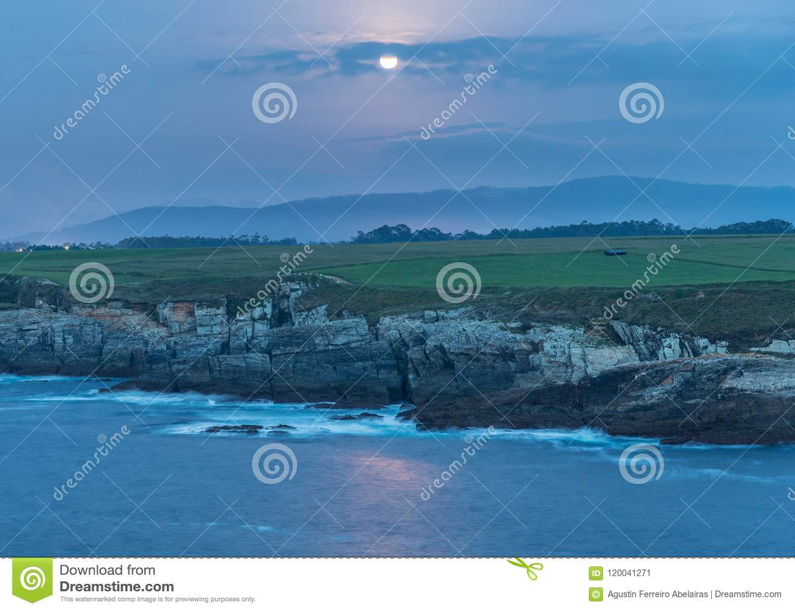¡Puesta del sol en las costas de Galicia, España!