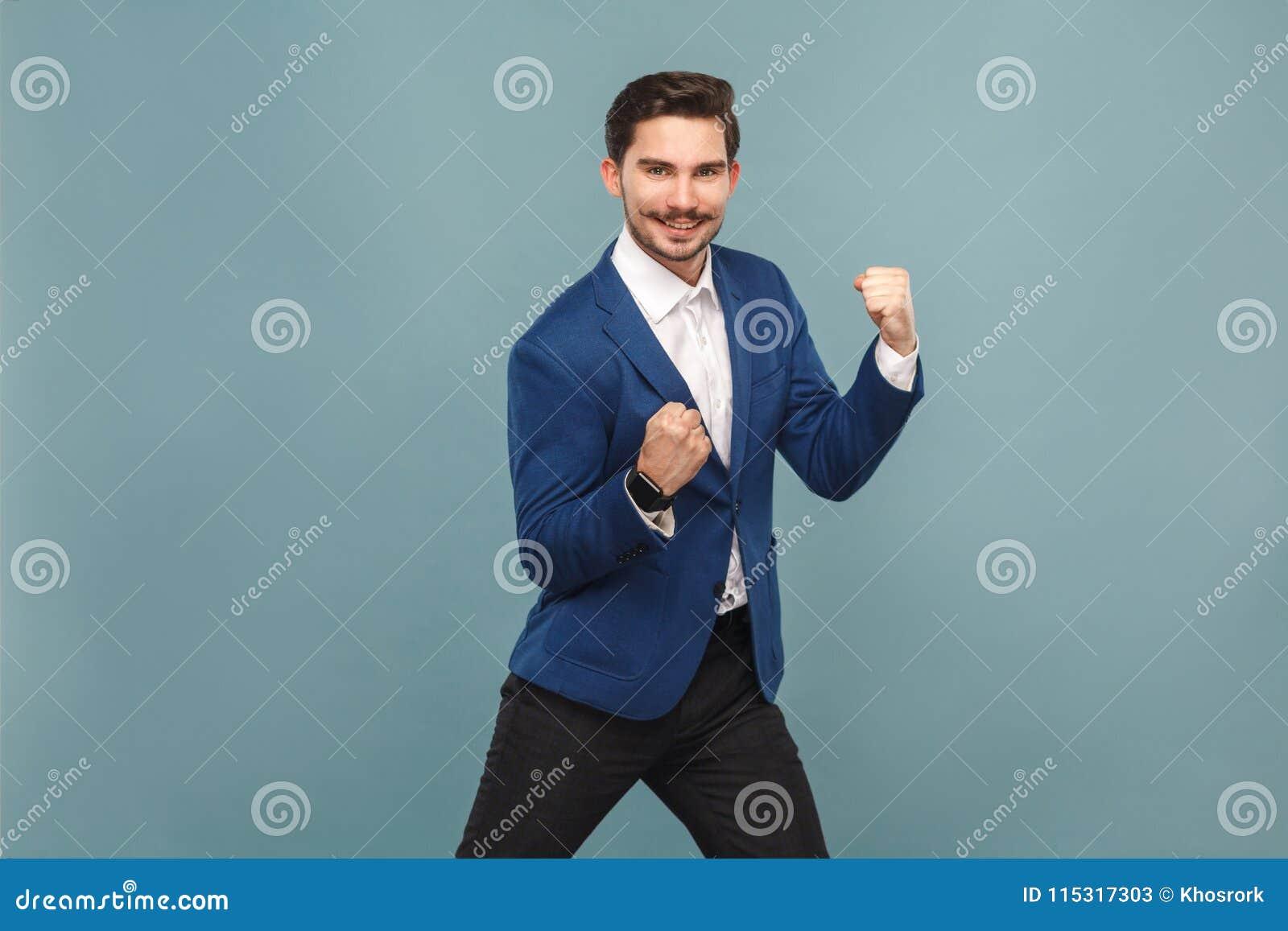 ¡Sí! ¡Gano! Júbilo del hombre de negocios de Siccessful y sonrisa dentuda