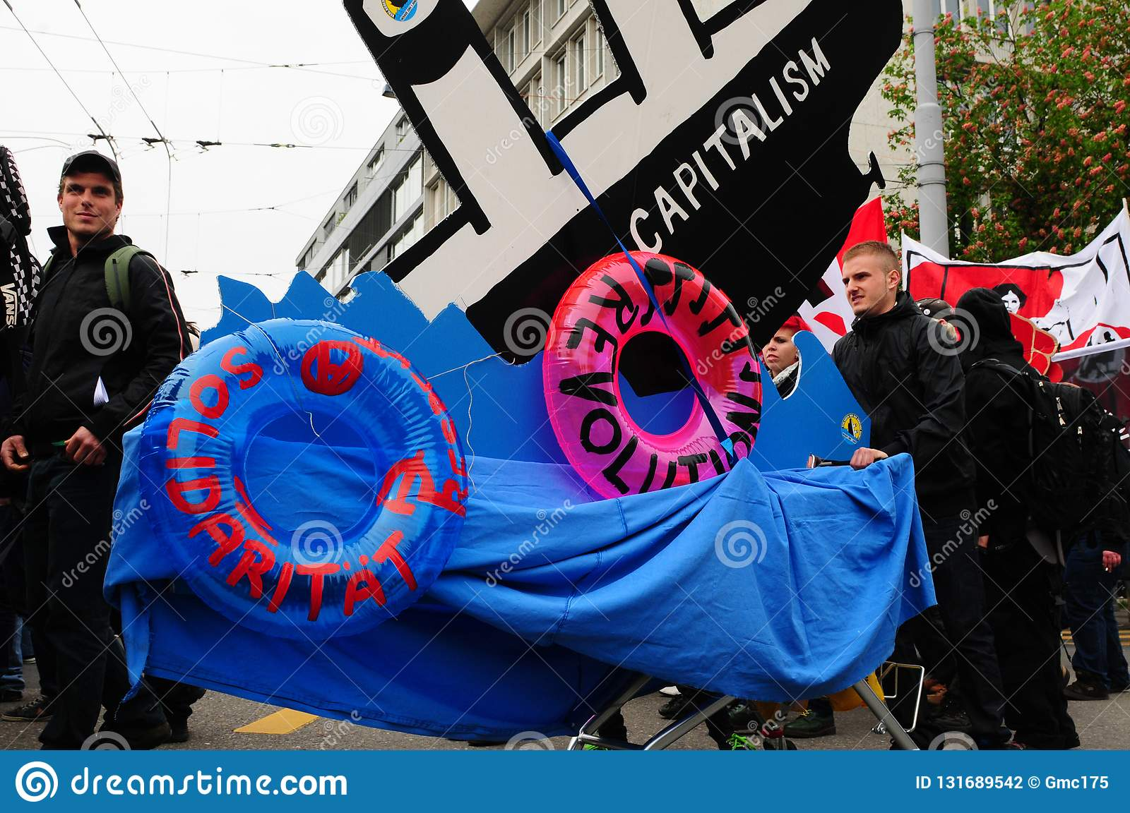 «More labour protection, higher salary, more pension» is the demand of the demonstrators in Zürich