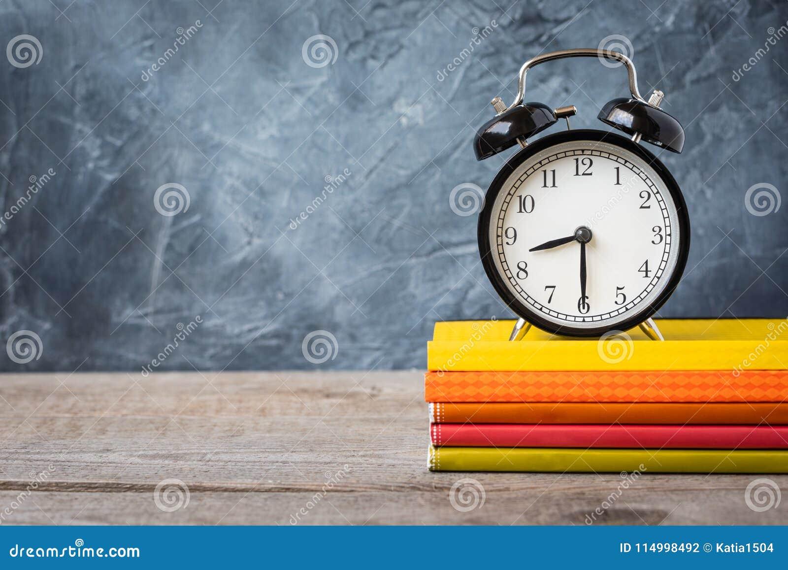 1º de setembro cartão do conceito, dia do ` dos professores, de volta à escola ou à faculdade, fontes, despertador