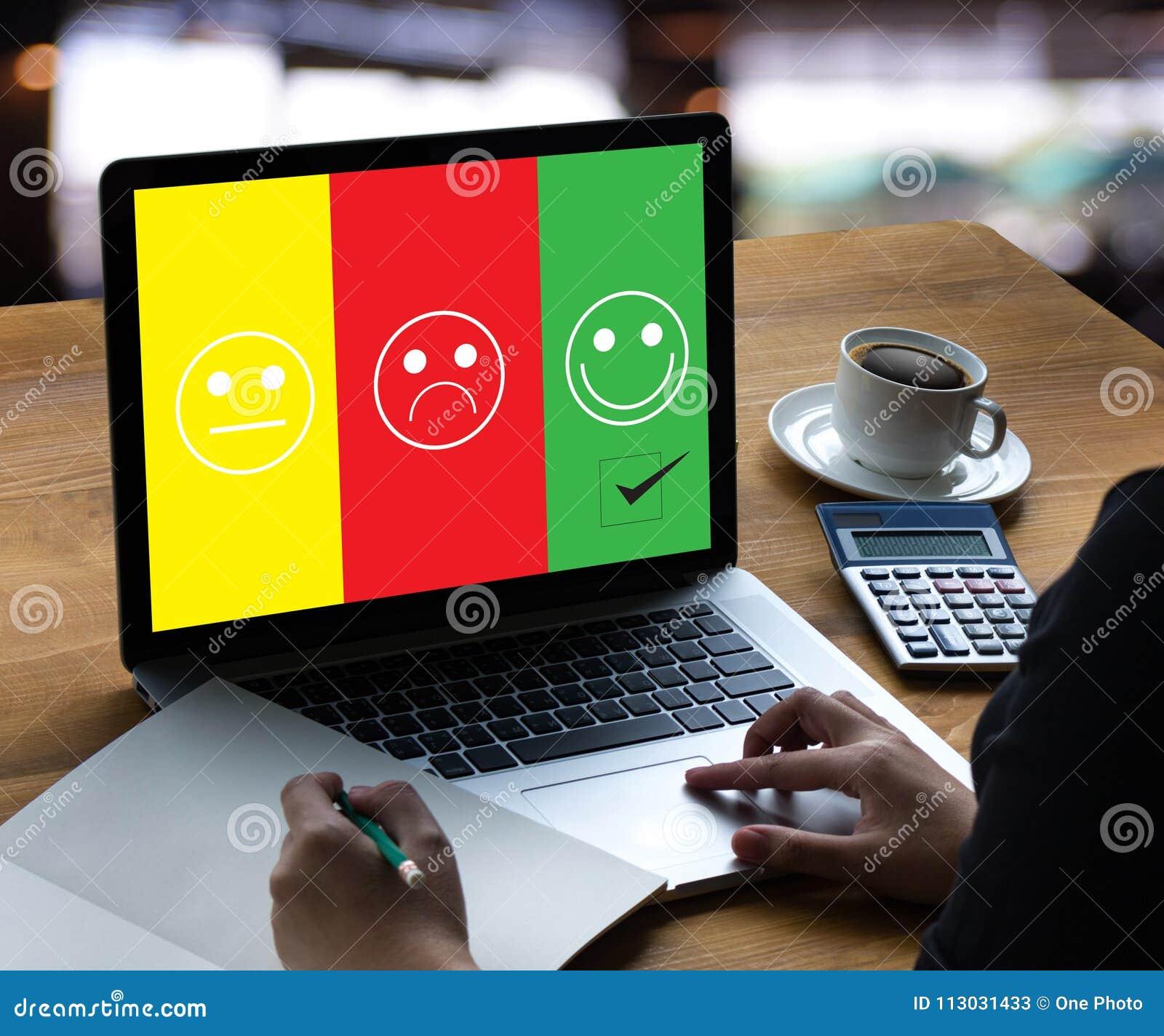 ¿feliz selecto del hombre y de la mujer de negocios en la evaluación de la satisfacción?