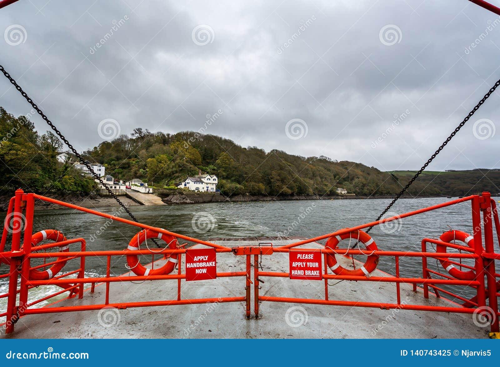 À bord de la voiture de Bodinnick et du ferry-boat transportant des passagers croisant le port de Fowey dans Fowey, les Cornouail