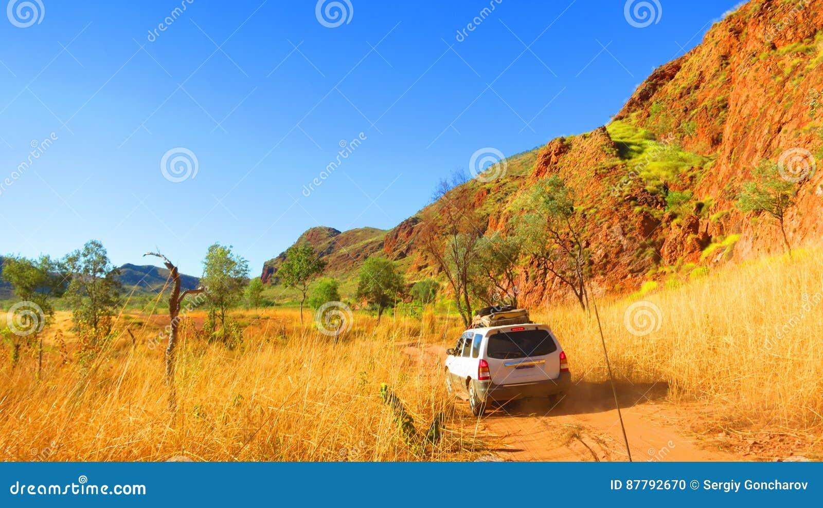 https://thumbs.dreamstime.com/z/%C3%A0-l-int%C3%A9rieur-australie-entra%C3%AEnement-d-une-commande-%C3%A0-quatre-roues-%C3%A0-la-tache-campante-pr%C3%A8s-de-la-chaussette-avec-des-87792670.jpg