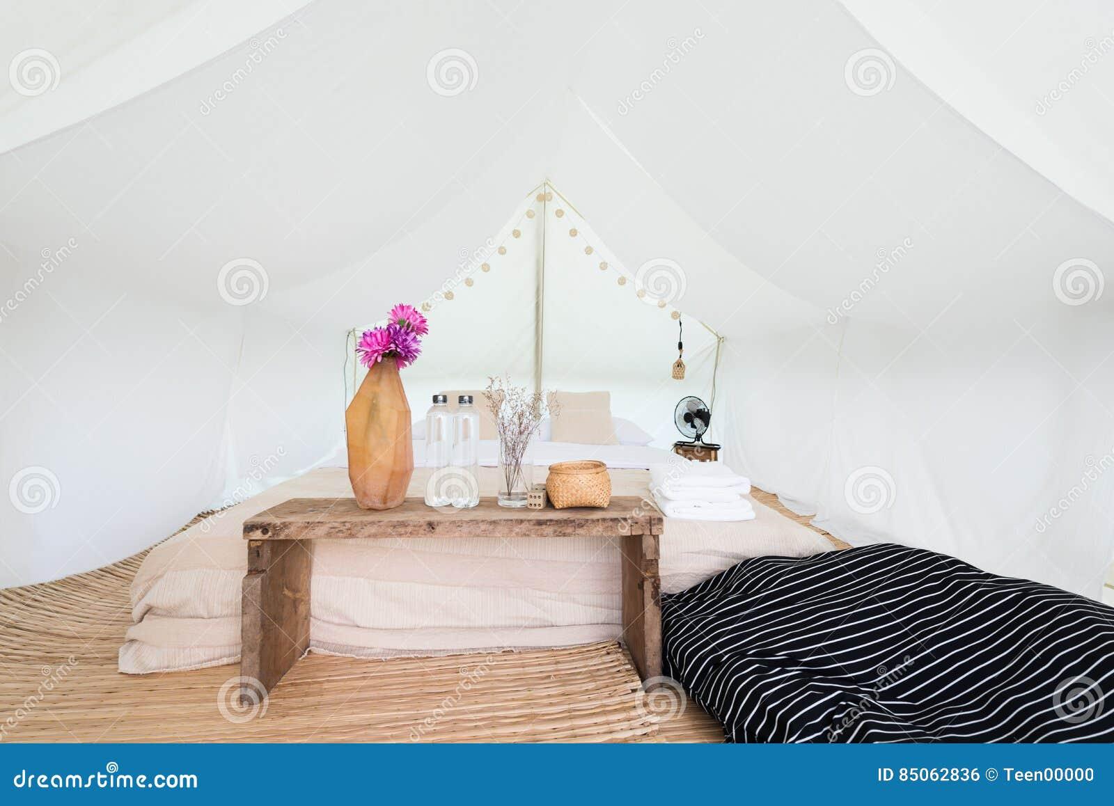 l 39 int rieur d 39 un grand camp blanc de tente photo stock image du tourisme course 85062836. Black Bedroom Furniture Sets. Home Design Ideas