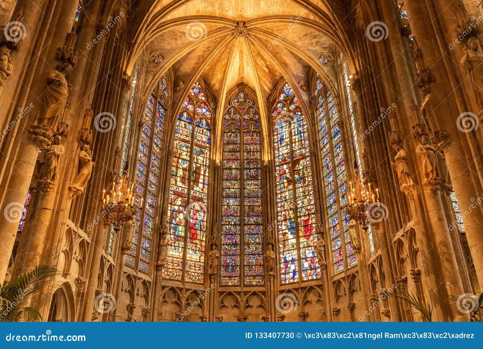 À l intérieur de l église France de Carcassonne