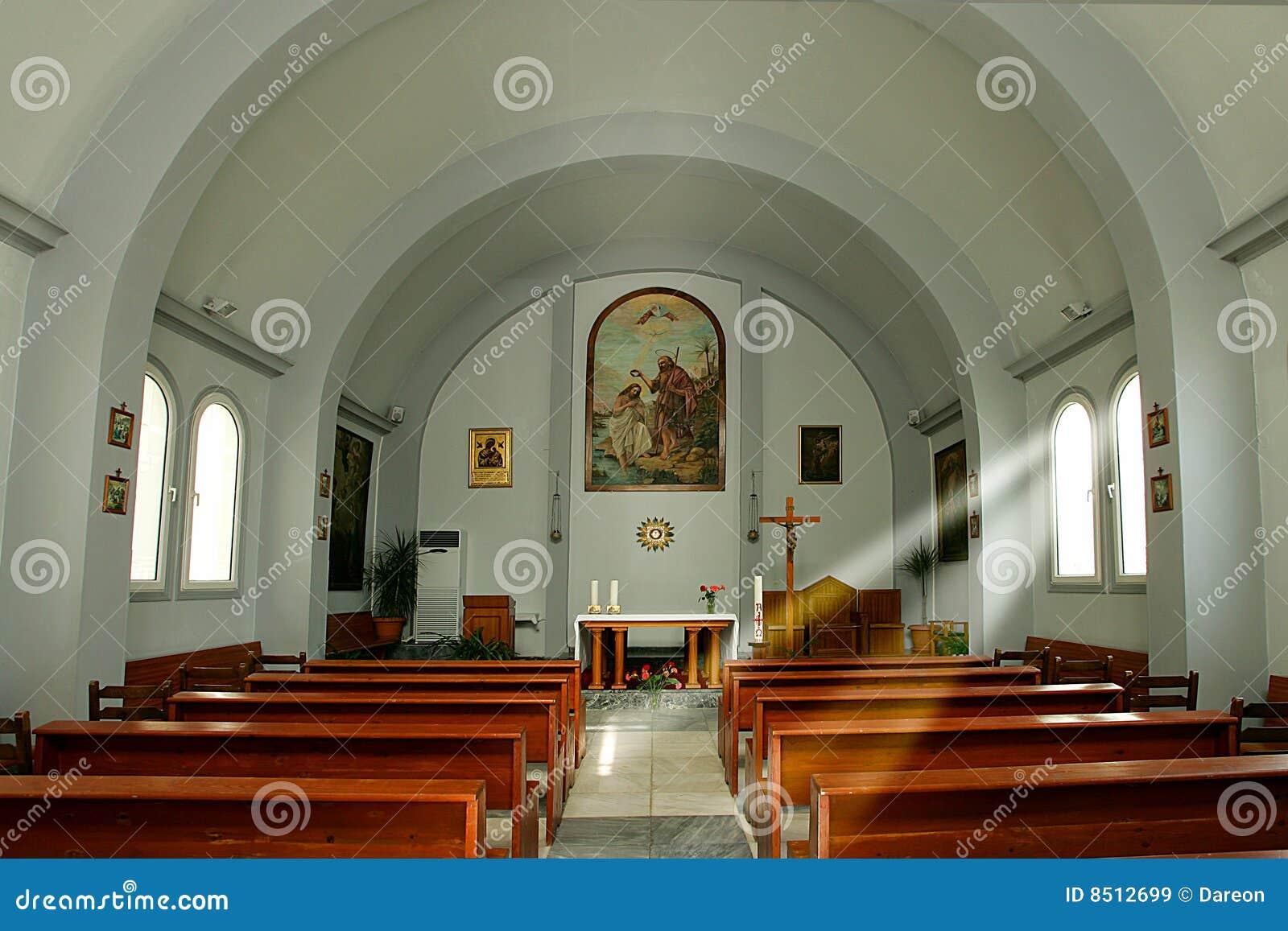 À l intérieur de de l église catholique à Héraklion