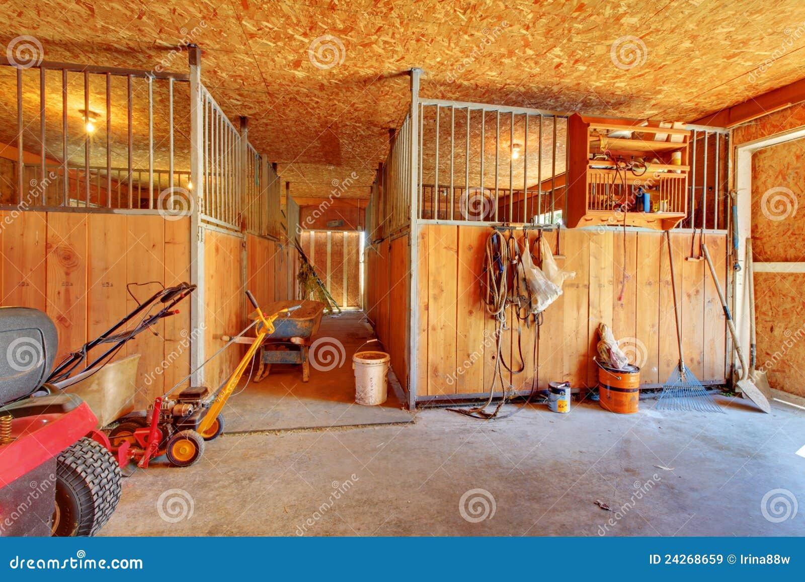 À l intérieur de de la ferme de cheval avec des gammes de produits.