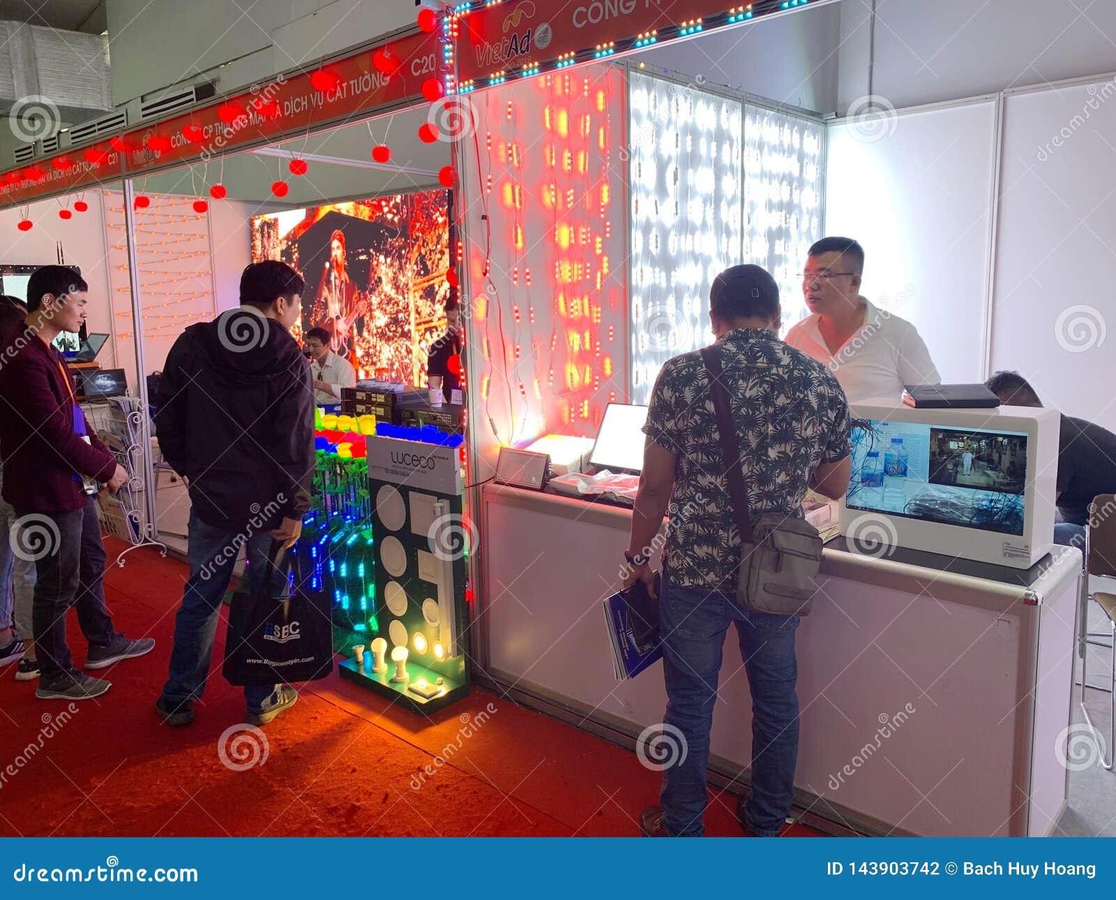 À l intérieur de l exposition des imprimantes et des matériaux d impression - Hanoï, le Vietnam le 21 mars 2018