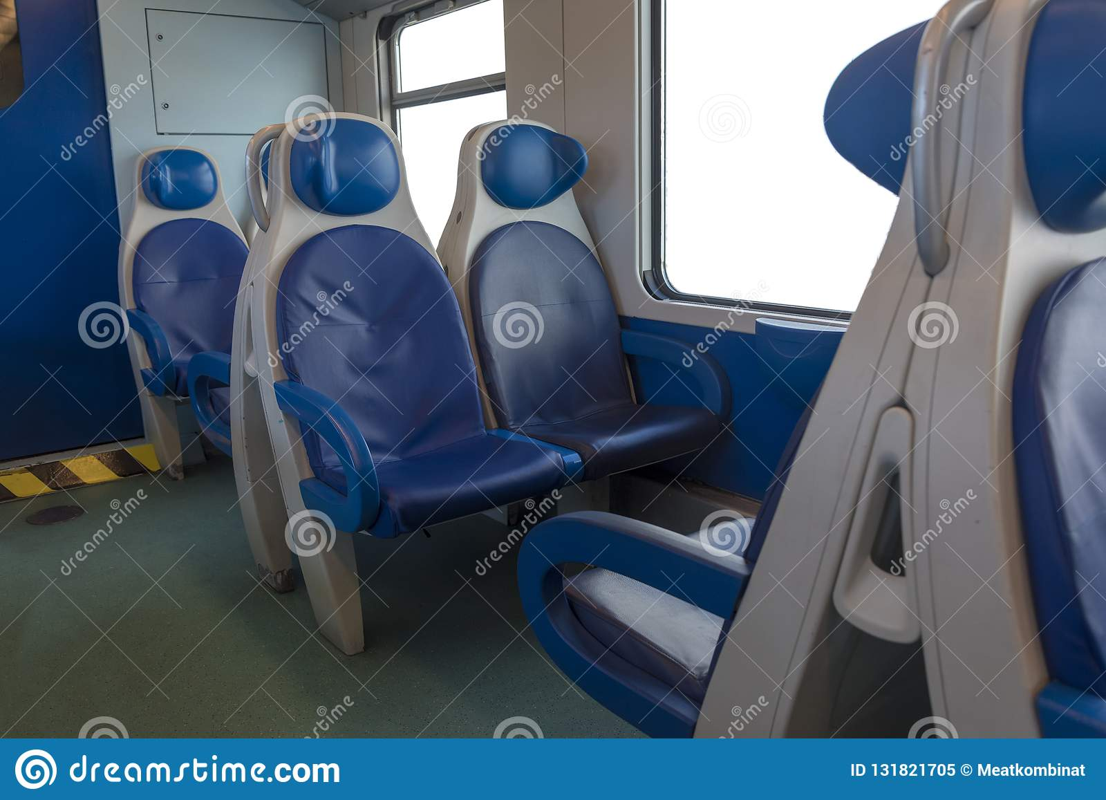 À l intérieur de la cabine du moderne exprimez Personne dans les chaises bleues par la fenêtre fuzziness Chaises et table confort