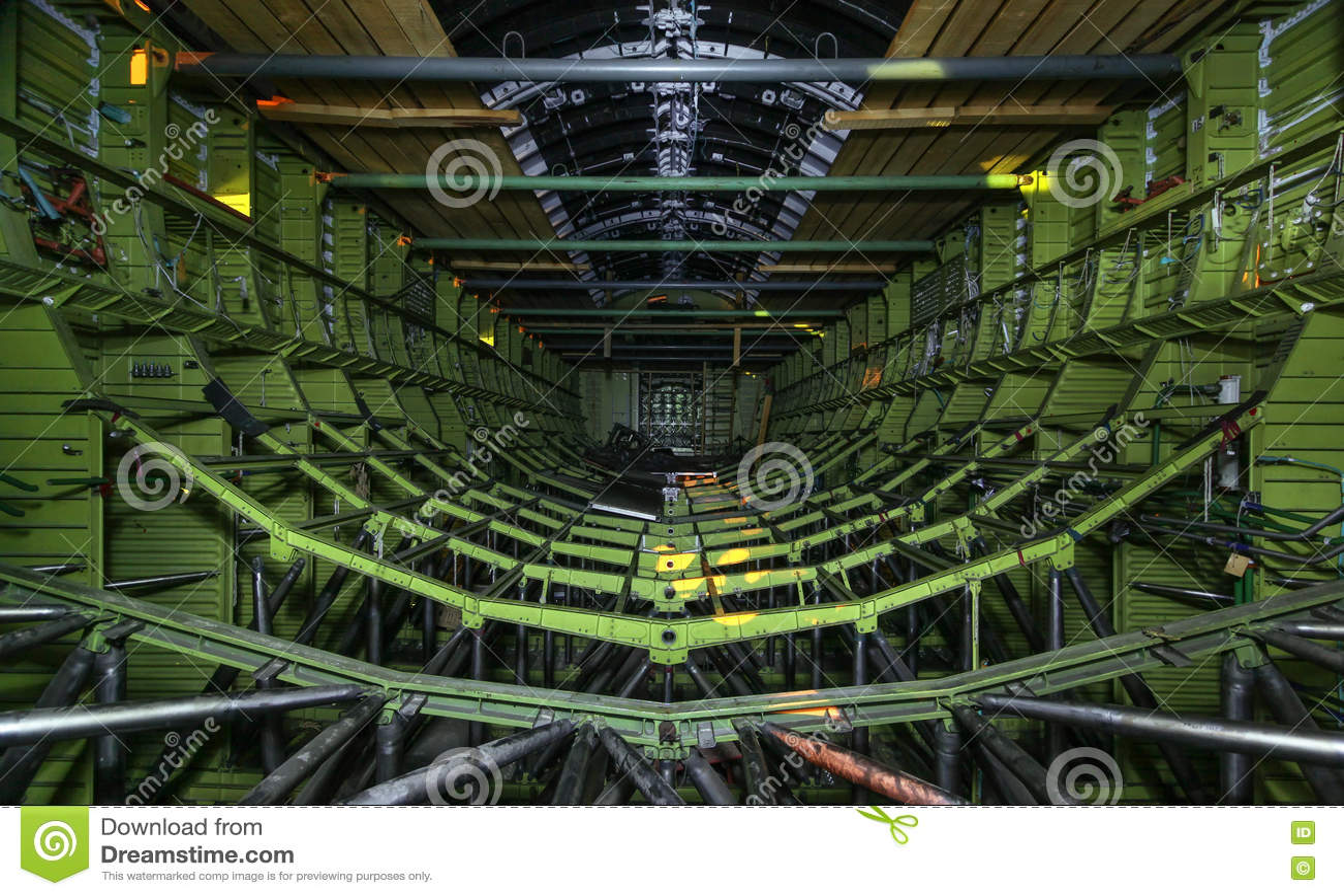 À l intérieur de la navette spatiale soviétique non finie Le cadre en métal de la prise de cargaison