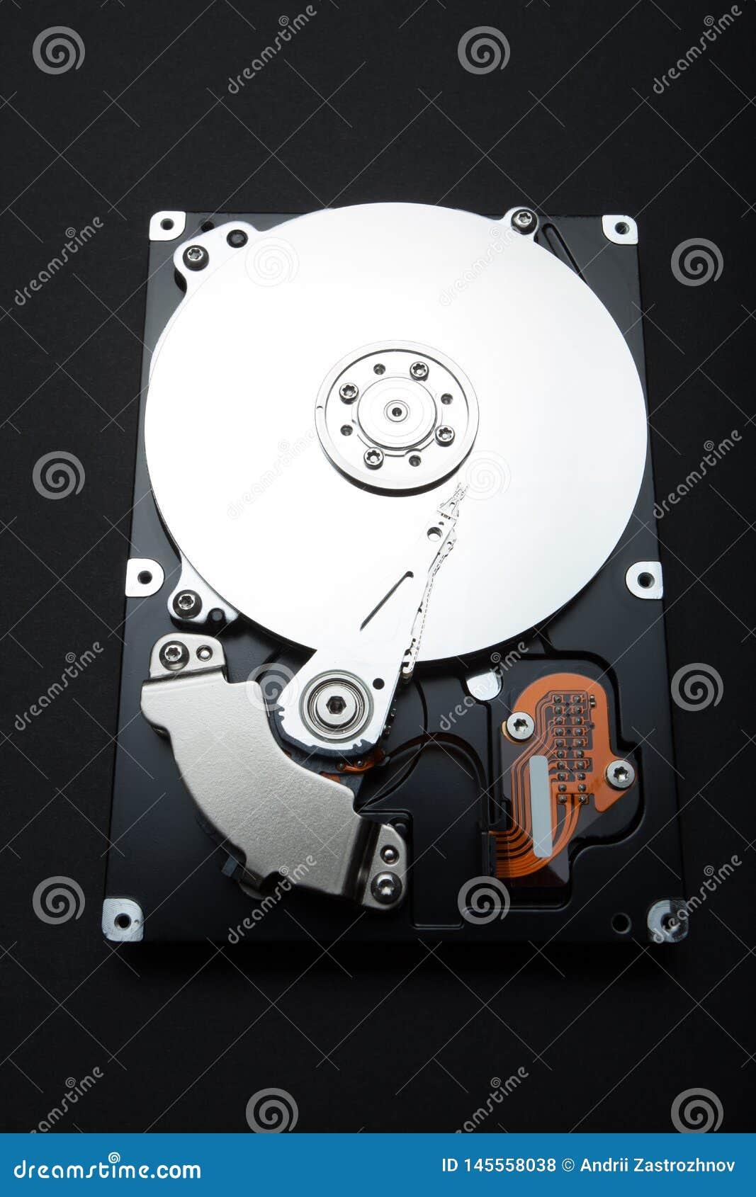 À l intérieur de l unité de disque dur d ordinateur Parties composées sur un fond noir