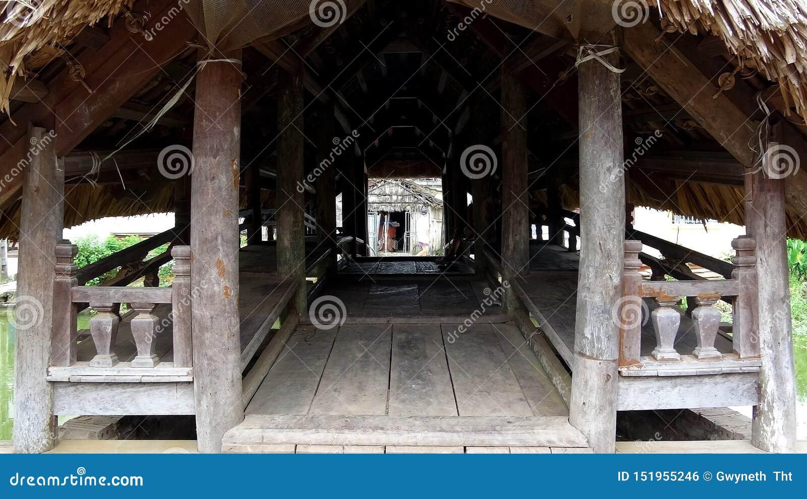 À l intérieur du pont en bois avec un toit de feuille