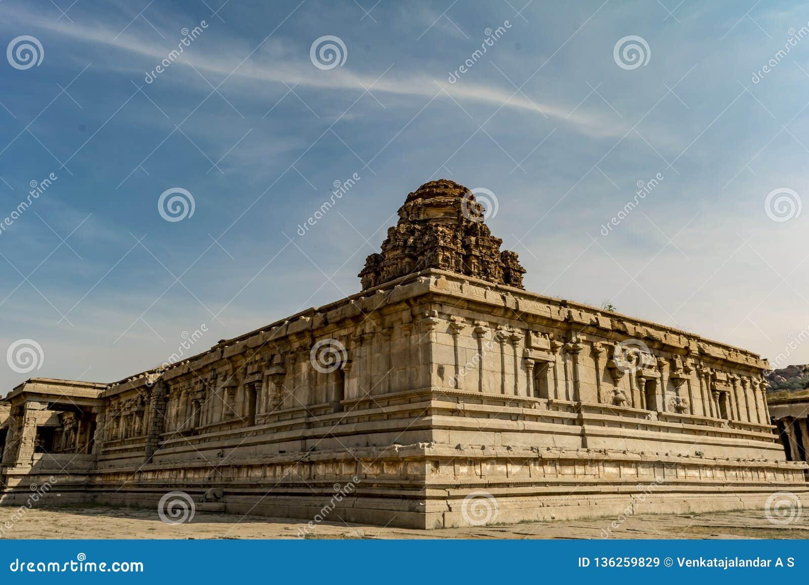 À l intérieur du temple de Vitala - Hampi - vue diagonale de murs