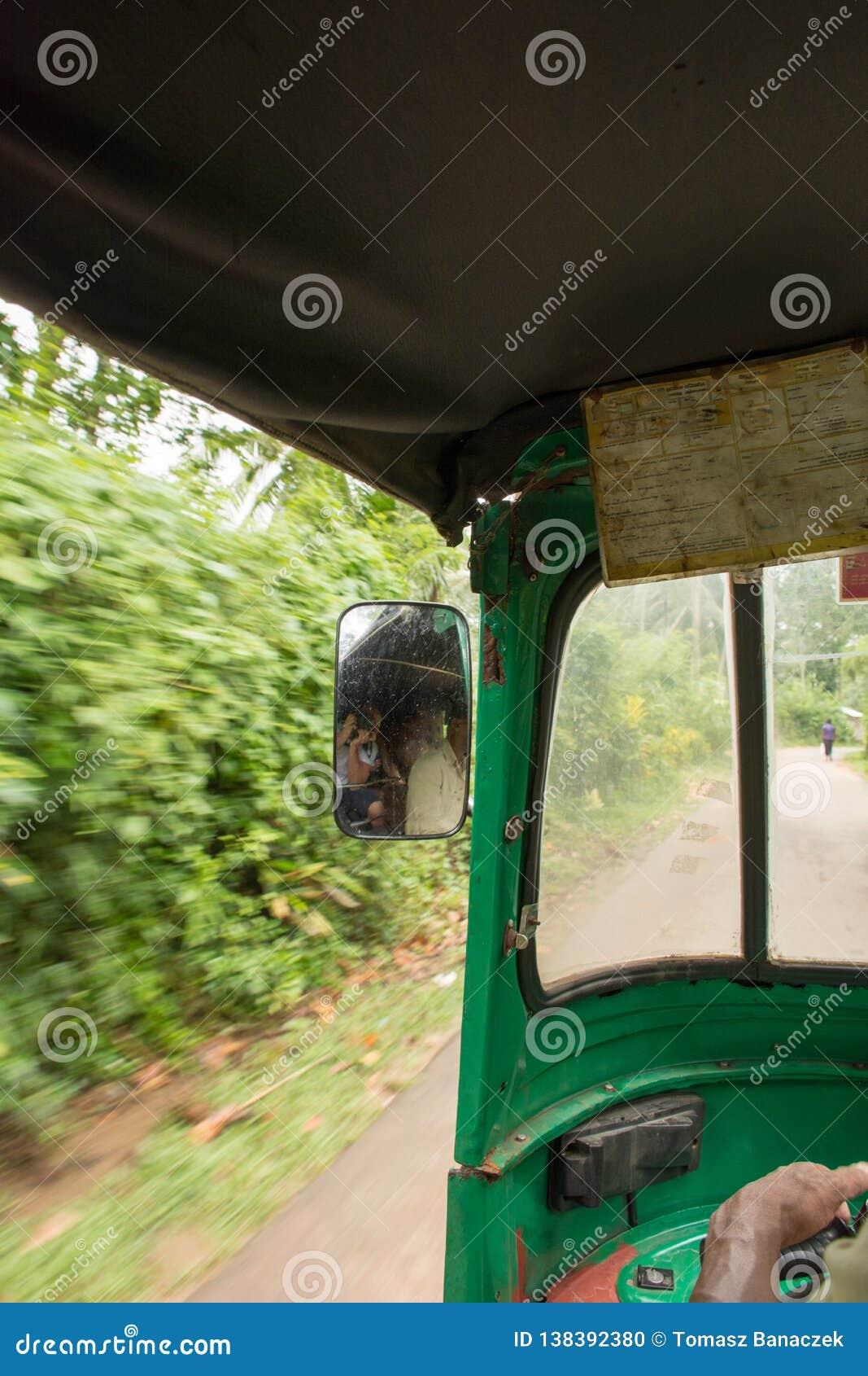 À l intérieur du tuk de tuk dans Sri Lanka avec de belles vues sur des paumes, outisdie de la fenêtre