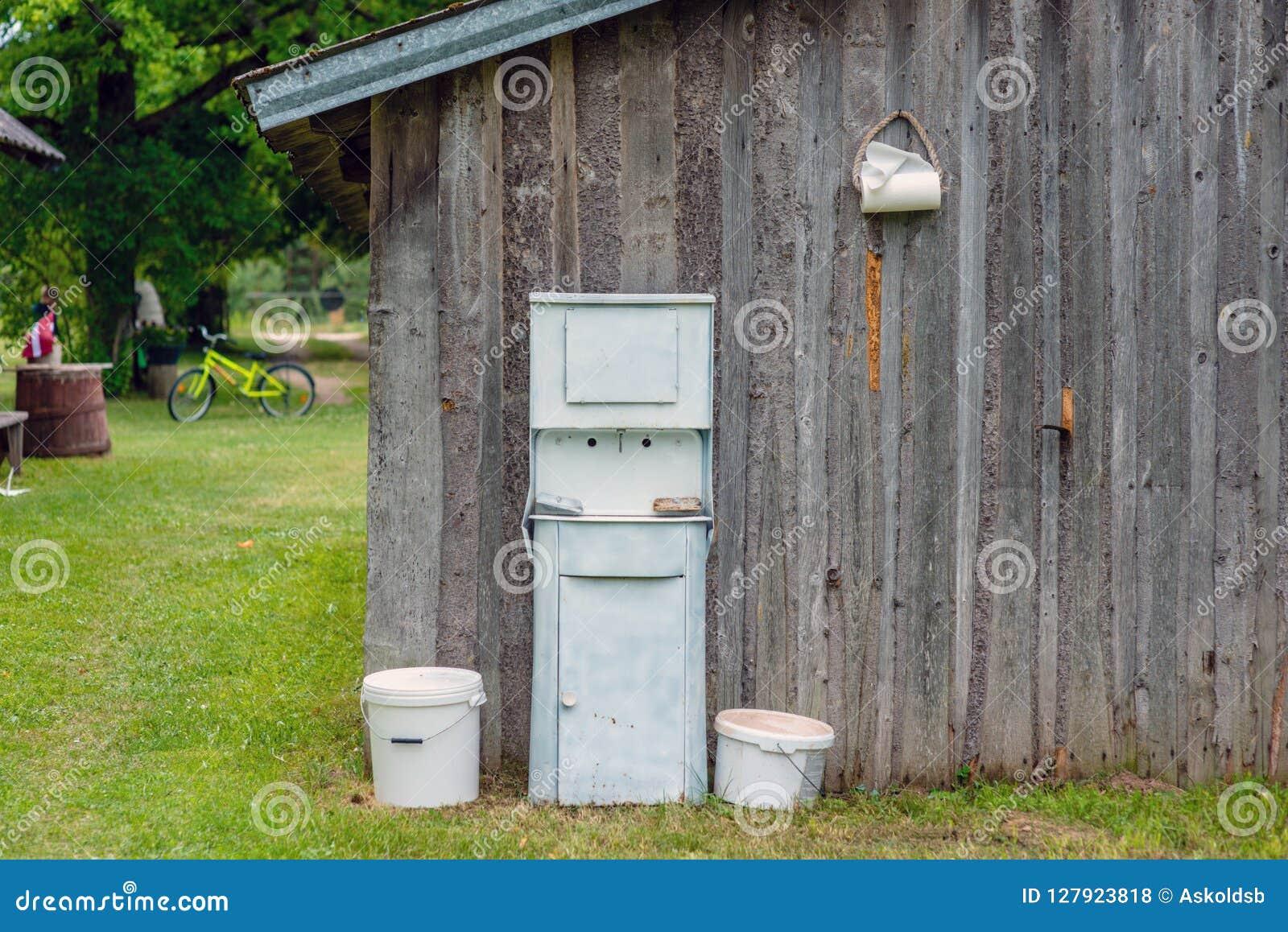 À la ferme les annexes mure le lavabo rustique démodé disposé