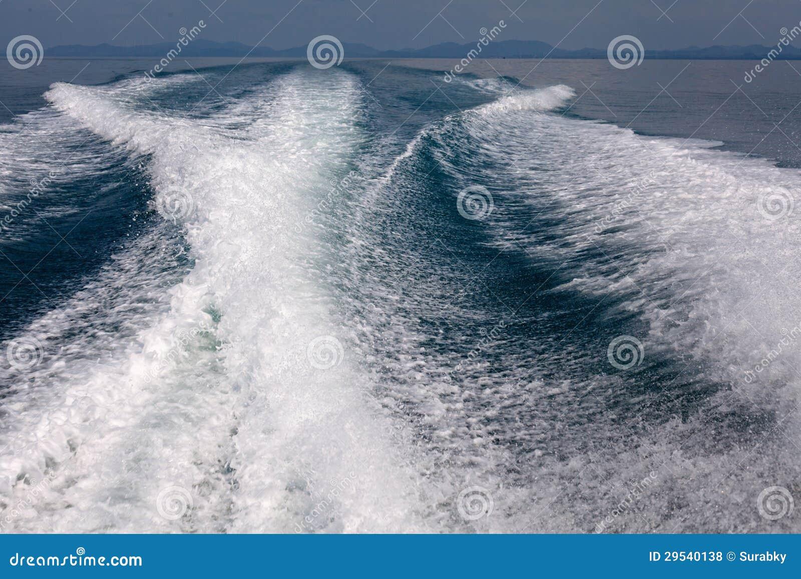 Água atrás do barco da velocidade running