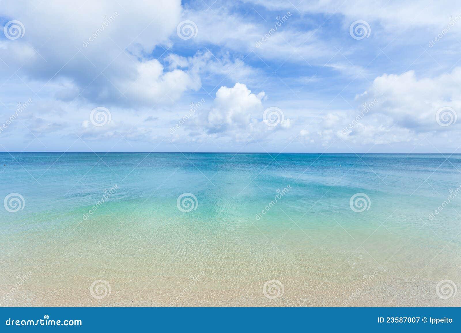 Coral Azul Praia ~ Água Azul Desobstruída, Praia Tropical E Horizonte Fotografia de Stock Royalty Free Imagem