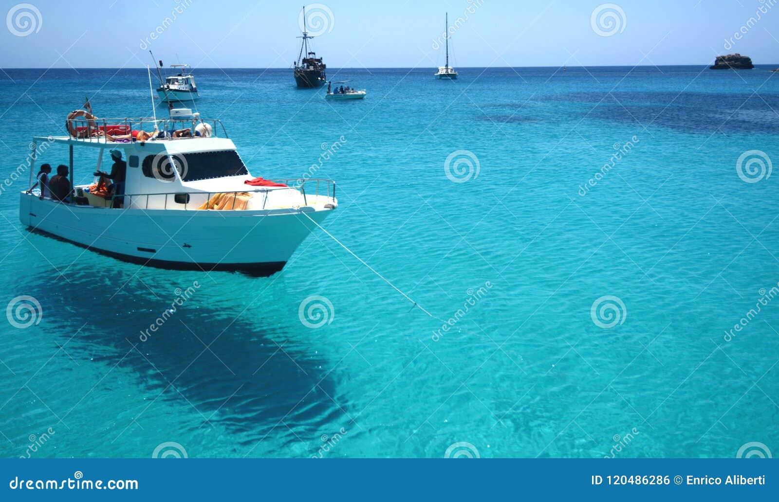 Água azul no mar de Lampedusa