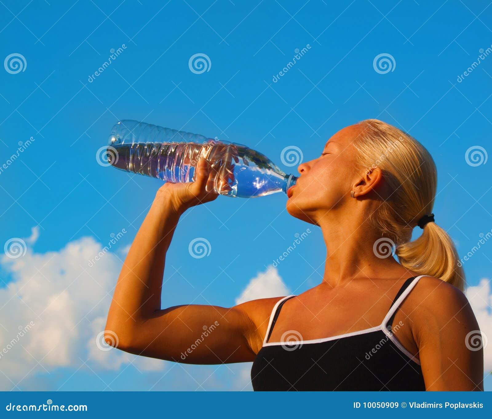 Água bebendo da menina loura nova bonita